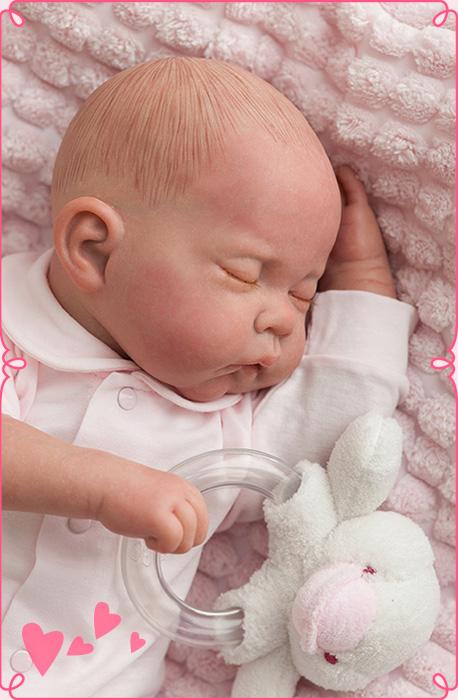 bebé reborn acostado de lado